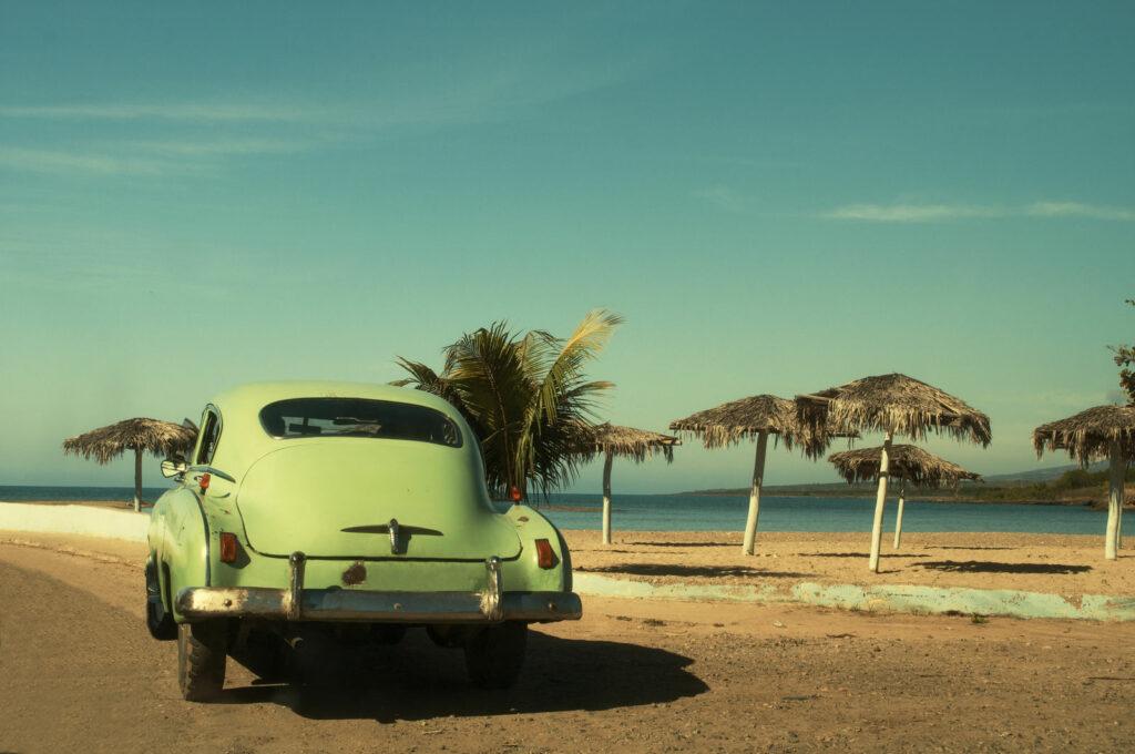 voiture américaine sur plage - cuba